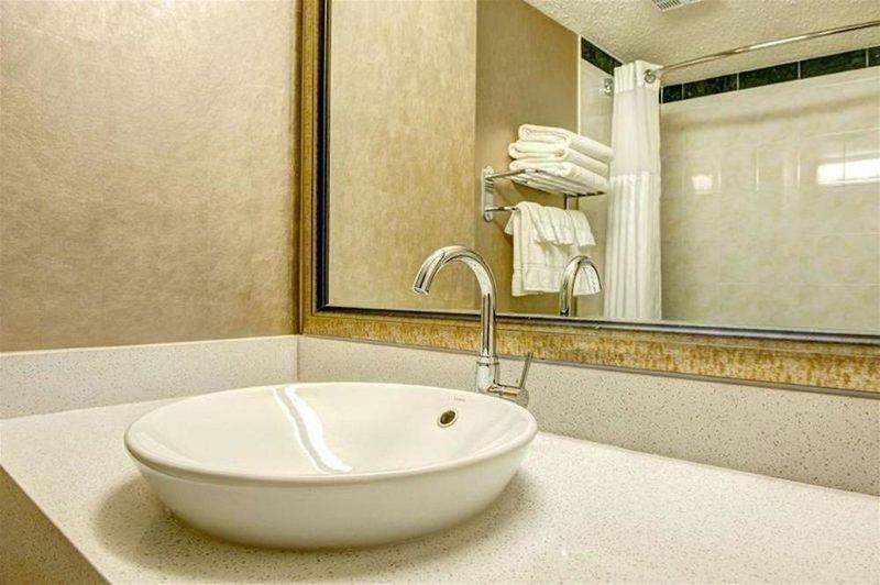 Radisson Hotel & Suites Fort McMurray Badezimmer