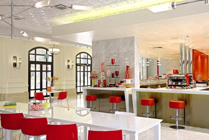 The Ritz-Carlton Abu Dhabi, Grand Canal Bar