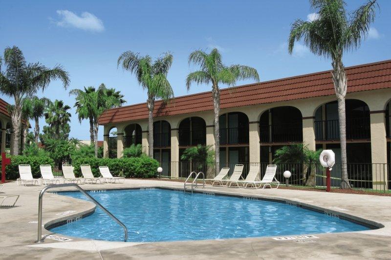 Maingate Lakeside Resort Pool